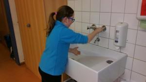 Diana wäscht Hände